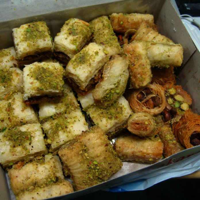 Iraqi_food-Baklava_and_others